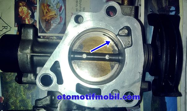 menutup saluran udara pada throttle body